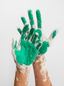 Mãos pintadas com cores
