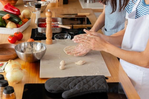 Mãos preparando a massa de perto