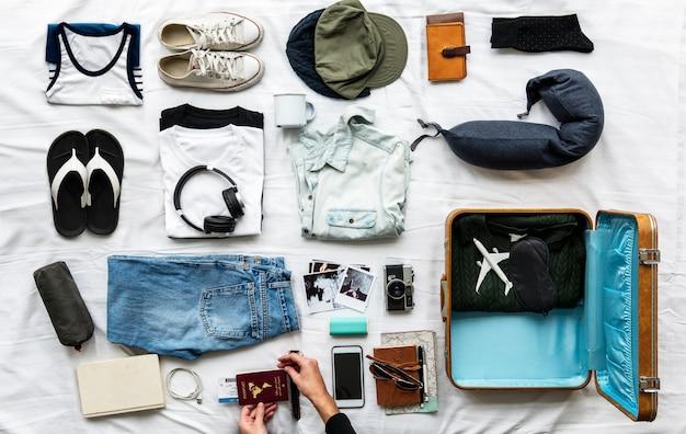 Mãos preparar coisas para uma viagem