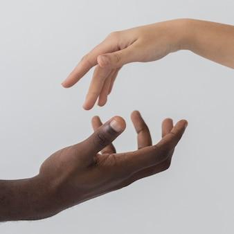 Mãos pretas e brancas