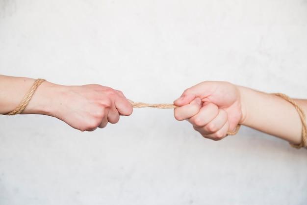 Mãos, puxando, corda