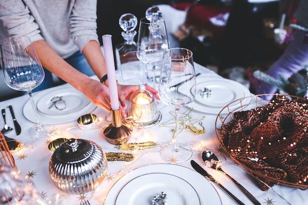 Mãos que colocam a decoração de mesa