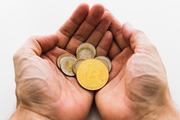 Mãos que guardam o conceito do internet do negócio da moeda btc do bocado de bitcoin cryptocurrency digital.