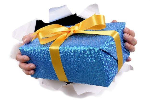 Mãos que prendem o presente de natal