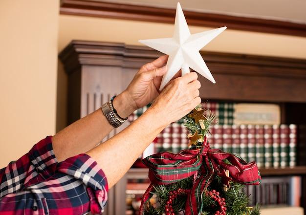 Mãos que prendem uma estrela branca