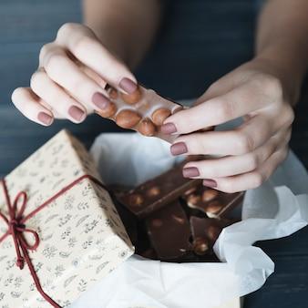 Mãos, quebrar, chocolate