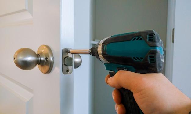 Mãos, reparar, um, fechadura porta, com, um, chave fenda