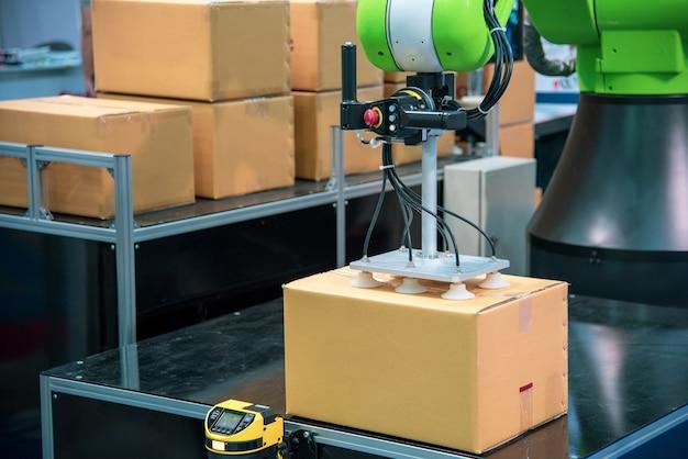 Mãos robóticas trabalho simultâneo na linha de embalagem.