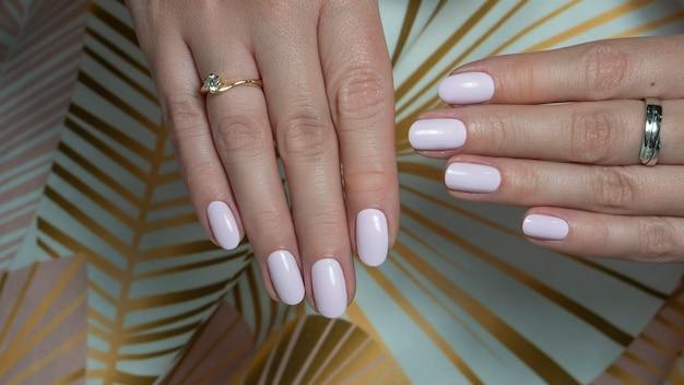 Mãos rosa bem cuidadas