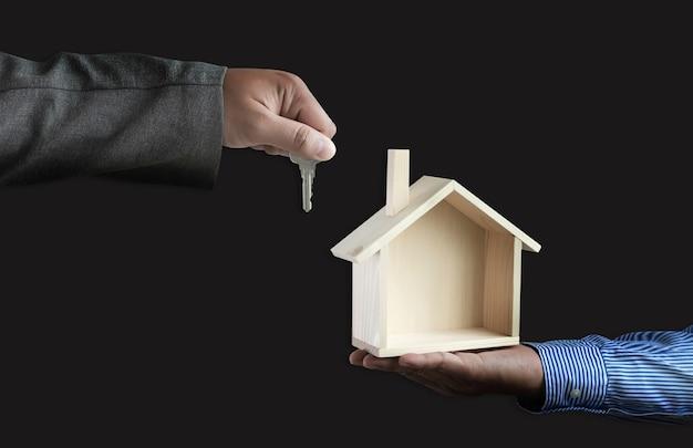 Mãos segurando a arquitetura da casa construção civil, imóveis e propriedade