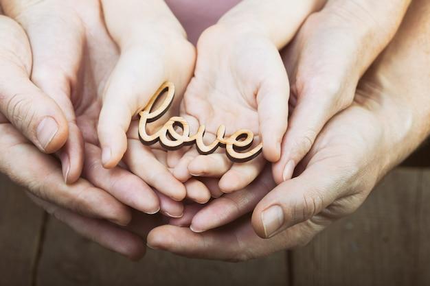 Mãos segurando a palavra amor