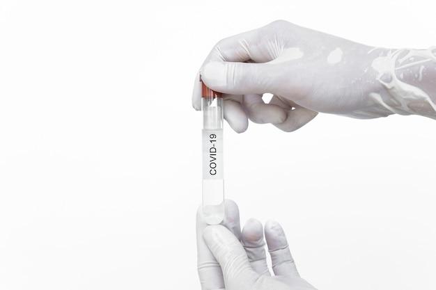 Mãos segurando a vacina imune do vírus corona