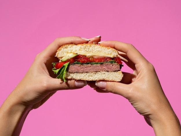 Mãos, segurando, americano, gostosa, hambúrguer