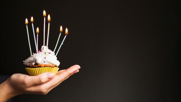 Mãos, segurando, aniversário, muffin