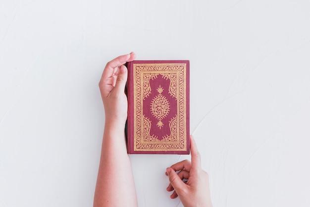 Mãos, segurando, árabe, livro