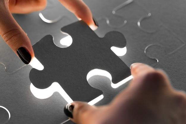 Mãos segurando as peças do puzzle, conceito do negócio