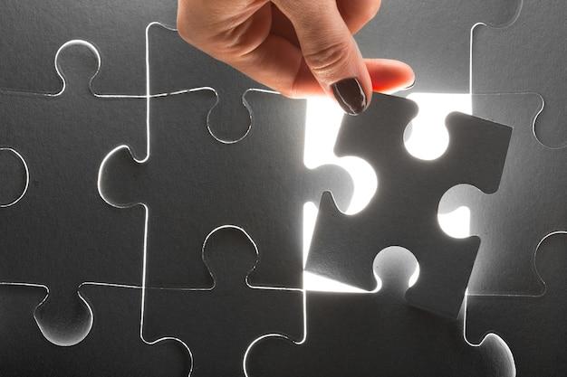 Mãos segurando as peças do puzzle, negócios