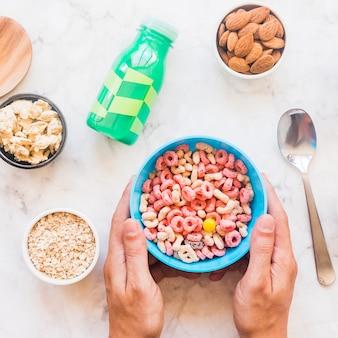 Mãos, segurando, azul, tigela, com, cereal