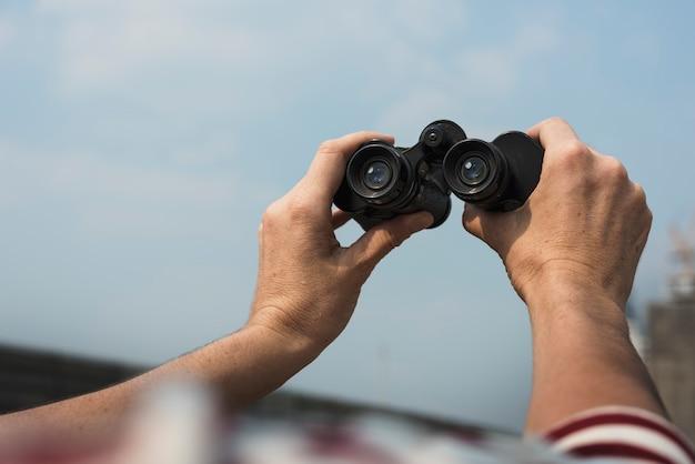 Mãos, segurando, binocular, viajar, relaxe