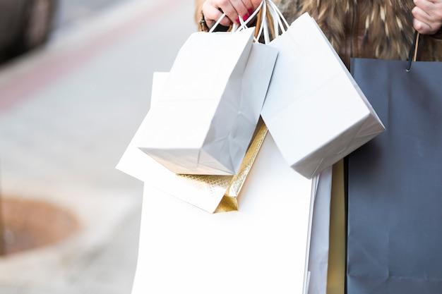 Mãos, segurando, bolsas para compras