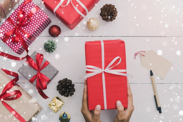 Mãos segurando caixa de presente de feriados de natal e ano novo