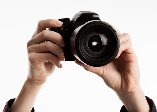 Mãos segurando câmera
