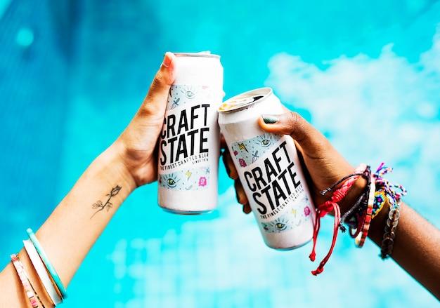 Mãos, segurando, cervejas, por, a, piscina, horário de verão