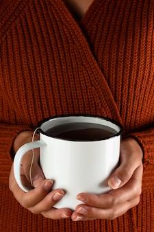 Mãos segurando chá