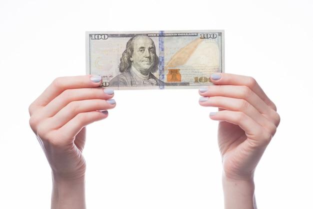 Mãos segurando dinheiro