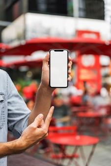 Mãos segurando e apontando para o celular