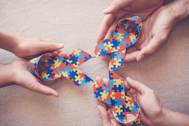 Mãos, segurando, enigma, fita, para, autism, consciência