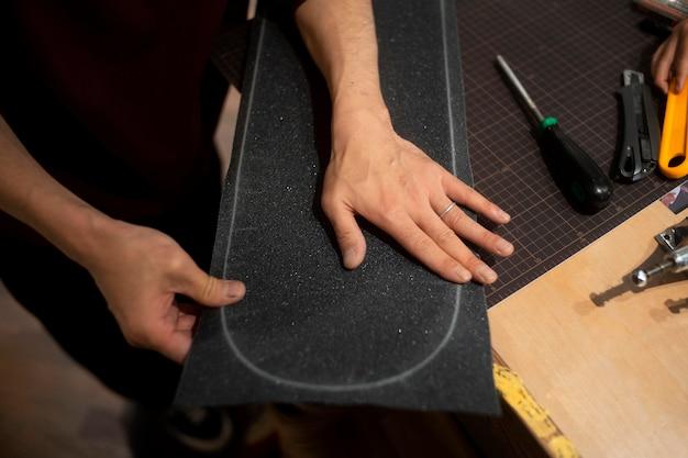 Mãos segurando fita adesiva