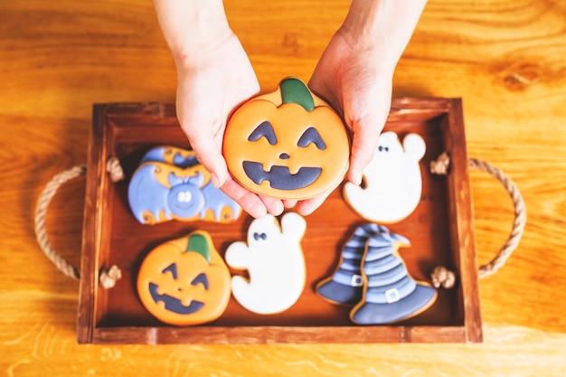Mãos, segurando, gingerbread
