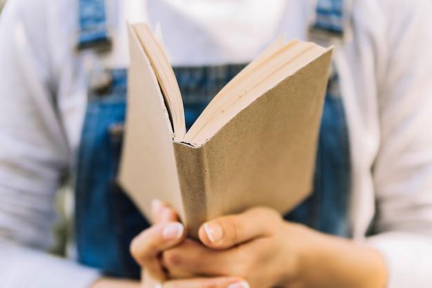 Mãos, segurando, livro aberto