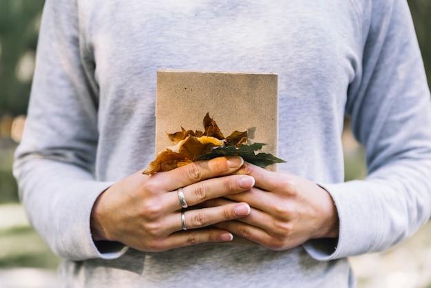 Mãos, segurando, livro, com, folhas
