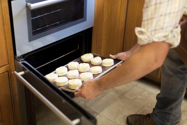 Mãos, segurando, massa, bandeja, scone, padaria, conceito
