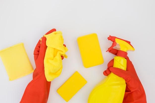 Mãos segurando material de limpeza
