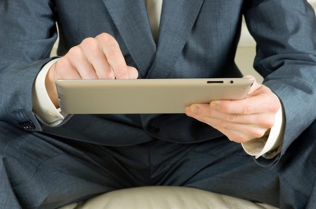 Mãos segurando o computador tablet