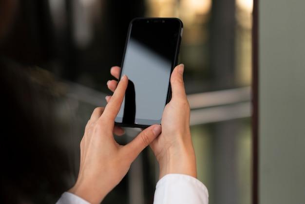 Mãos segurando o telefone móvel