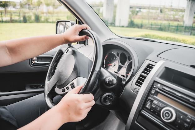 Mãos segurando o volante