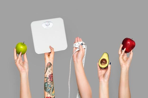 Mãos segurando objetos saudáveis