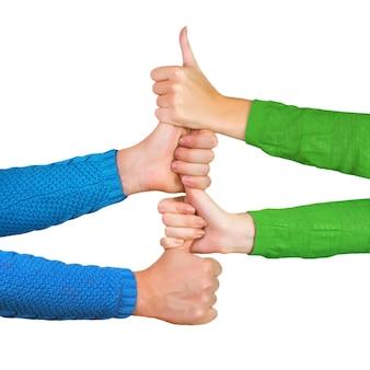 Mãos segurando os polegares