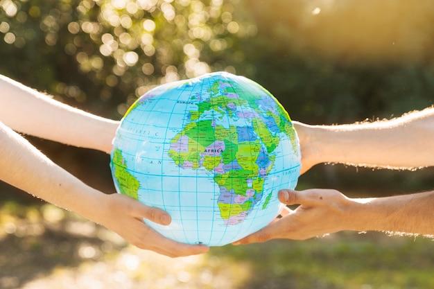 Mãos, segurando, planeta, modelo, em, luz solar