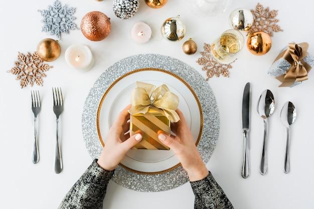 Mãos, segurando, presente, natal, feriado, celebração