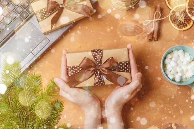 Mãos segurando presentes na mesa