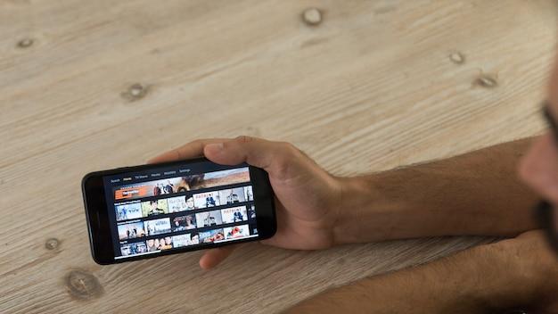 Mãos, segurando, smartphone, mostrando, amazon, principal, vídeo, app