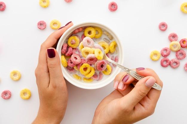 Mãos, segurando, tigela, cereal