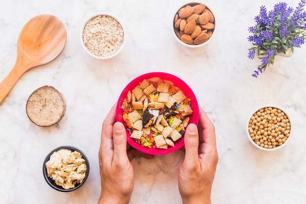 Mãos, segurando tigela, com, cereal
