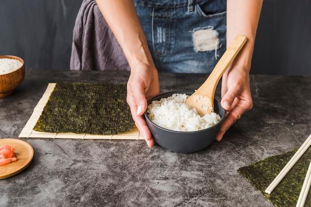 Mãos, segurando tigela tigela de arroz