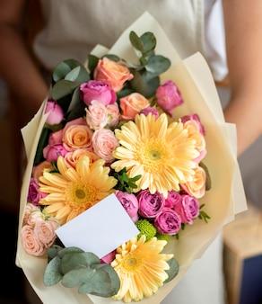 Mãos segurando um buquê de flores close-up
